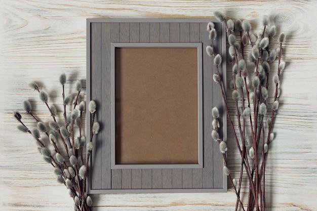 イースターの挨拶のモックアップ、白い木製の背景に灰色のフレーム。高品質の写真