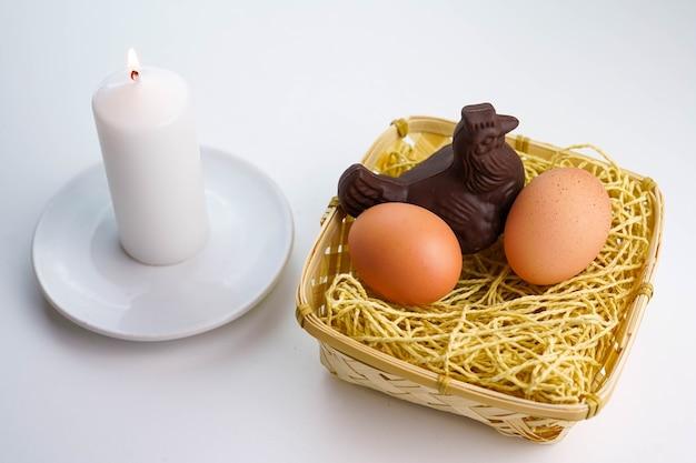 わらの巣に卵とイースター鶏