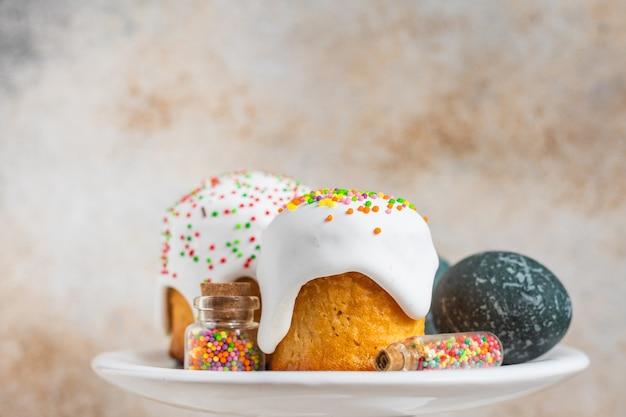 Пасхальный праздник выпечки торта и красочные пасхальные яйца сезонный тренд здоровая еда
