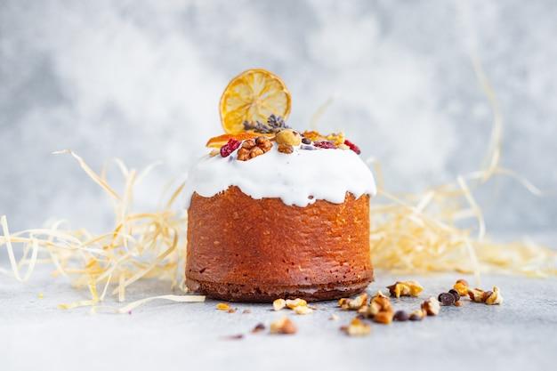 Праздничный пасхальный торт и яйца раскрашивают праздничное настроение традиционная выпечка
