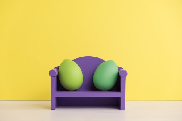 かわいい卵の生活とイースター休暇のコンセプト。さまざまな感情や感情。ソファに座っている素敵なカップルの卵。