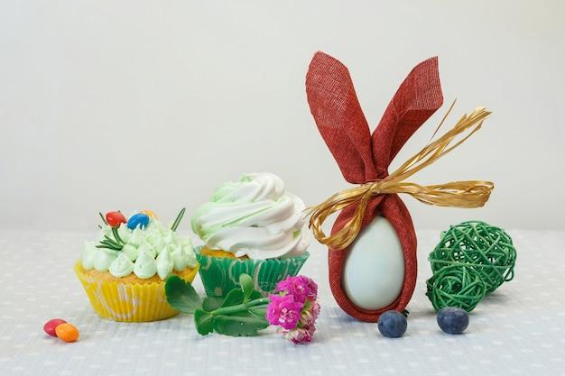 컵 케이크, 계란, 과자와 부활절 휴가 디저트 테이블.