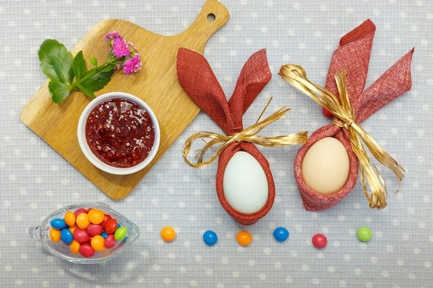 밝은 배경에 부활절 휴가 계란과 과자