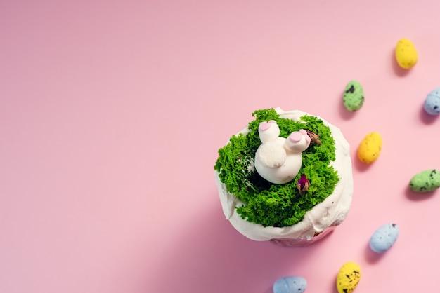 Предпосылка поздравительной открытки праздника пасхи. симпатичные домашние кексы с традиционным пасхальным кроликом, яйцом.