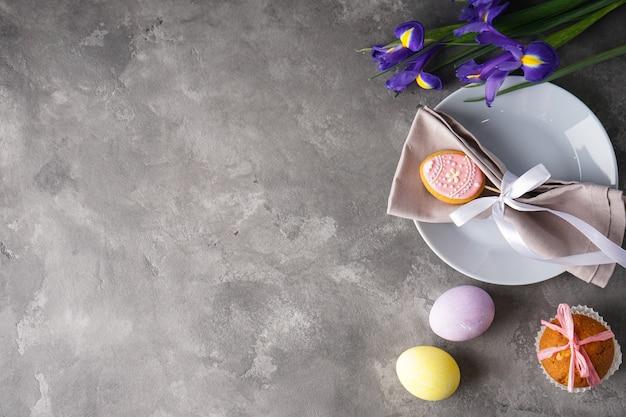 부활절 휴일 테이블 설정 및 회색에 다채로운 계란 접시