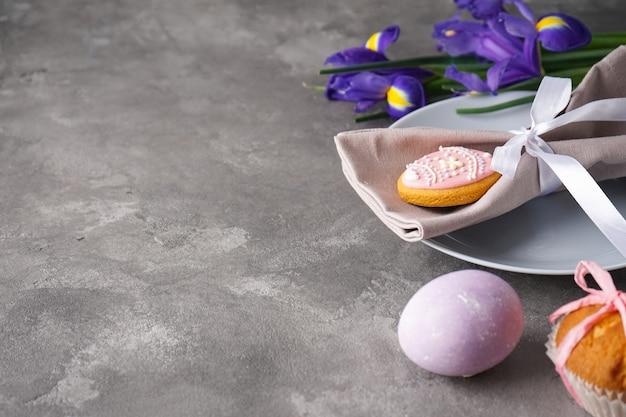 부활절 휴일 테이블 설정, 접시와 회색 꽃