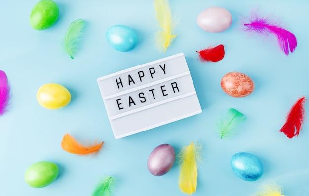 부활절. 밝은 색의 계란과 깃털로 장식 된 상위 뷰 행복한 부활절 라이트 박스