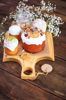 Пасхальный праздничный угощение торт и разноцветные яйца сервировка христианского застолья