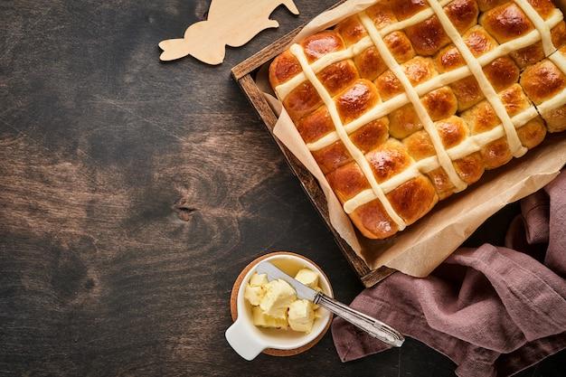 Пасхальные булочки с горячим крестом. традиционный завтрак и пасхальная выпечка праздничные украшения кроликон