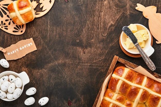 Пасхальные булочки с горячим крестом. традиционный завтрак и пасхальная выпечка праздничные украшения
