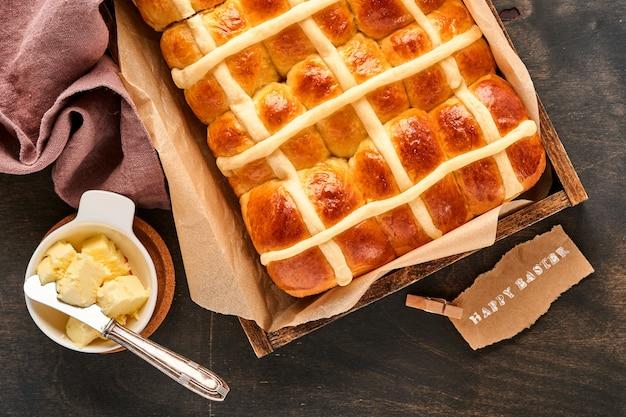 イースターホットクロスバン。伝統的な朝食とイースターベーキングの休日の装飾