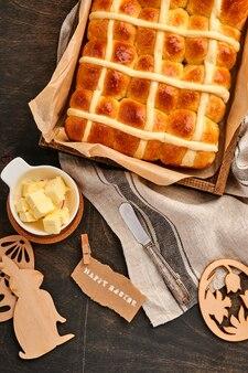 Пасхальные булочки с горячим крестом. традиционный завтрак и пасхальная выпечка
