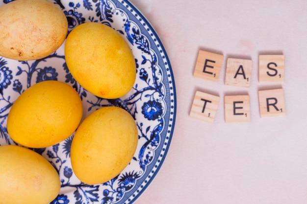 접시에 다채로운 계란 부활절 비문