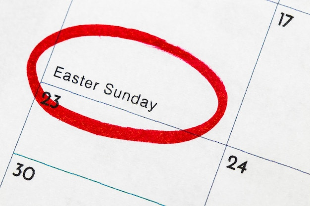 「イースター」はカレンダーに書かれたテキストで、赤いマーカーで囲まれています。