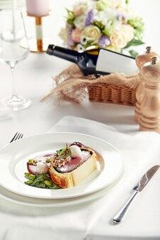 부활절 고기 롤, 부활절 저녁 미트 로프. 다양한 음식 스낵과 애피타이저로 아름답게 장식 된 케이터링 연회 테이블.