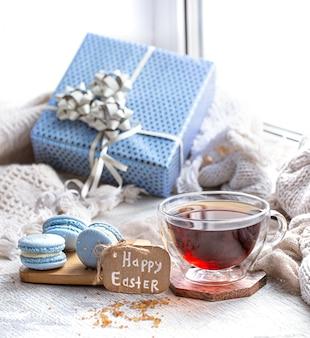 イースター気分、窓際の装飾が施された居心地の良いイースター静物。デザートと朝のお茶。