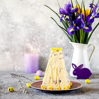 Творожный кулич. традиционный творожный десерт.