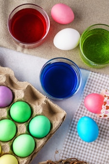 イースターは卵の背景を描いた。卵と絵の具。