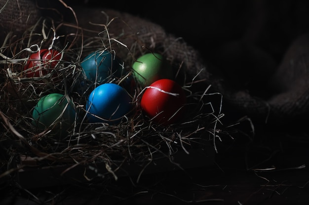 삼베와 짚에 부활절을 그린 계란