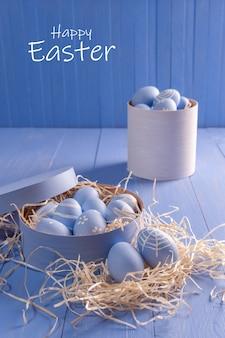 木製のカラフルなテーブルにイースター塗装の卵、あなたの装飾のための休日の背景、選択的な焦点。卵狩り、コピースペース、「ハッピーイースター」のレタリング