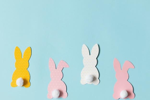 텍스트에 대 한 파란색 배경 공간에 부활절 종이 토끼