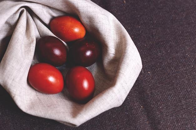Пасхальная выпечка и крашеные яйца на столе. весенняя композиция. традиционная выпечка к православным праздникам.