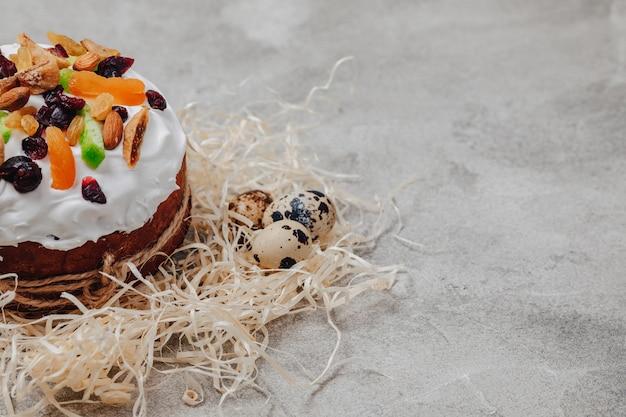 イースターのペストリーと卵。イースターのお祝いのコンセプトです。 Premium写真