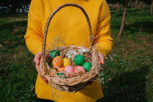 흰색 배경 부활절 개념에 꽃과 사탕과 계란의 부활절 패턴