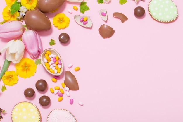 卵と花とイースターピンクの背景