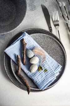 돌 접시와 블루 컬러 홀리데이 장식 부활절 장소 설정