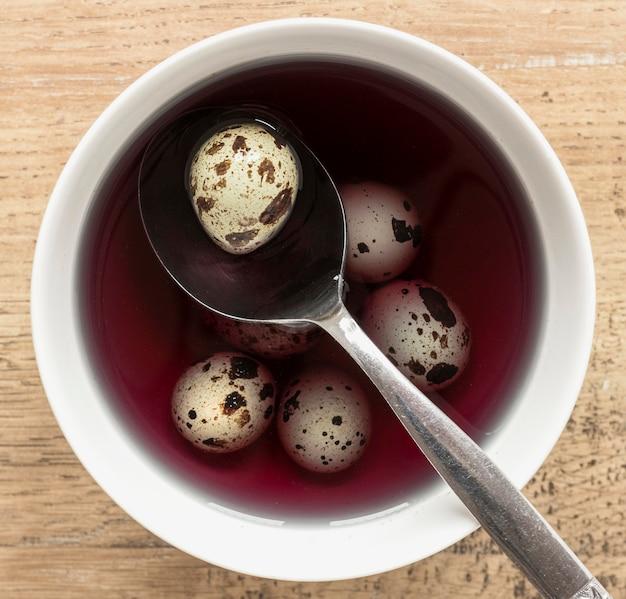 Пасхальные перепелиные яйца в краске