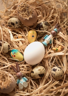 Uova di quaglia di pasqua su un mucchio di fieno