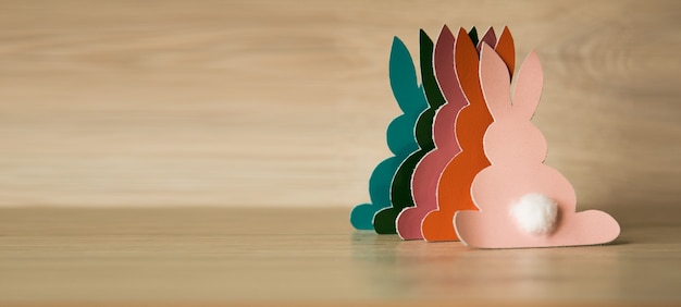 Пасхальные кролики на деревянном фоне.