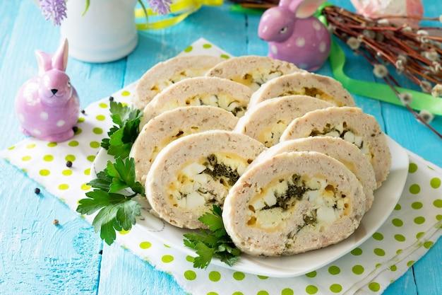 계란 치즈와 채소를 곁들인 부활절 레시피 축제 전채 미트 로프