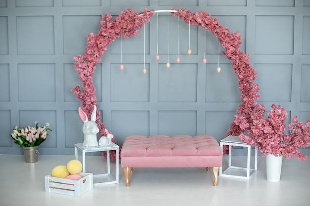 Пасхальная комната розовое украшение с кроликами и яйцами.