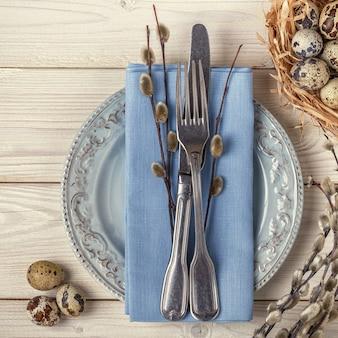 부활절 나무 테이블, 메추라기 알, 둥지에 아침 식사를 제공