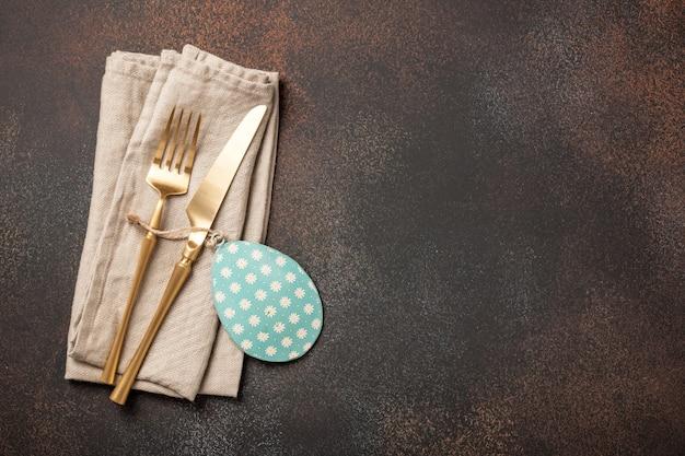 カトラリーと卵の装飾が施されたイースターセッティングテーブル
