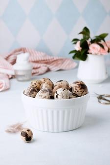 Пасхальная весенняя декоративная композиция с домашними пасхальными перепелиными яйцами и розами. , праздничные праздничные украшения. хв. поздравительная пасхальная стена.