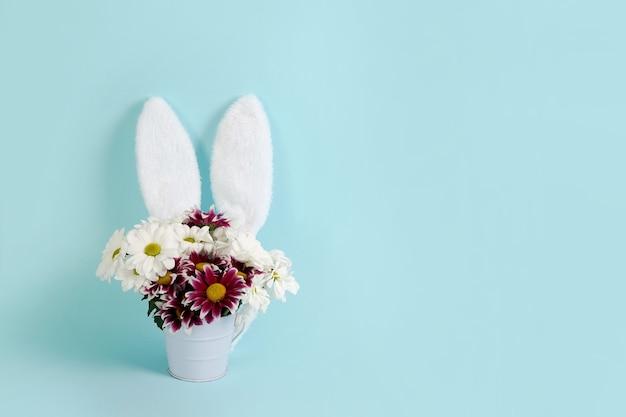 Пасхальные весенние цветы с кроличьими ушками, копией пространства