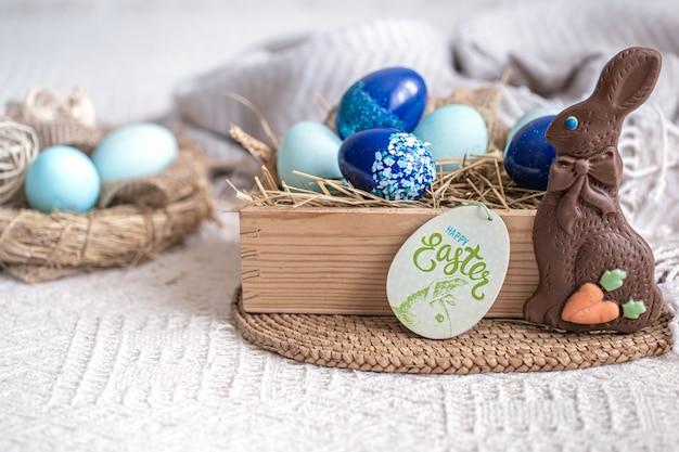 イースターの青い卵のある静物、休日の装飾。
