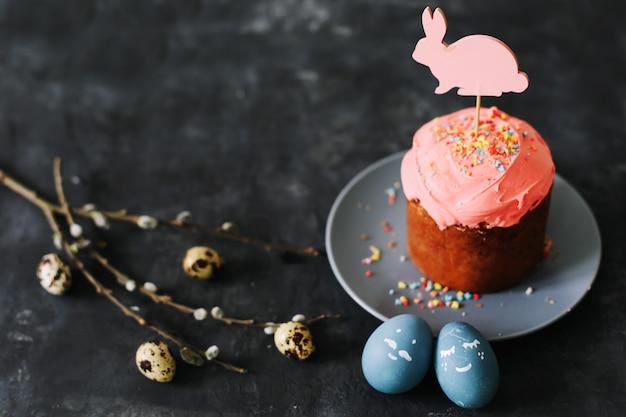 Пасхальный натюрморт с яйцами и куличом, украшенным глазурью