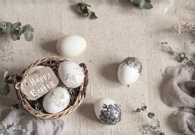고리 버들 세공 바구니에 계란 부활절 아직도 인생. 행복 한 부활절 개념입니다.