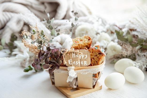 Пасхальный натюрморт с кусочками праздничного кекса, яиц и цветов. концепция праздника пасхи.