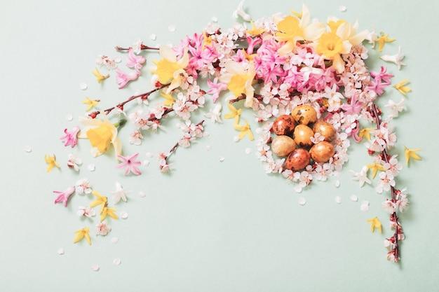 Пасхальная поверхность с яйцами и цветами