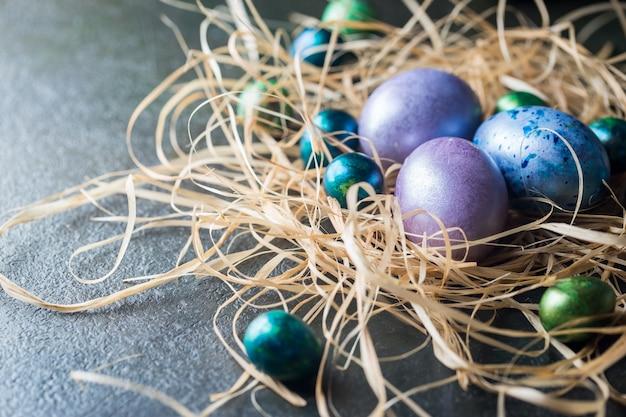 Пасхальная поверхность с расписными пасхальными яйцами в винтажном стиле на темной поверхности