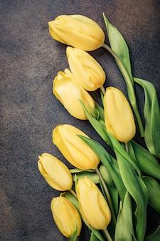Поверхность пасхи с желтыми тюльпанами. открытка на день матери. копировать пространство
