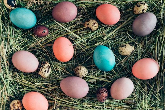 부활절 놀라움. 건초에 누워 여러 가지 빛깔된 부활절 달걀의 상위 뷰