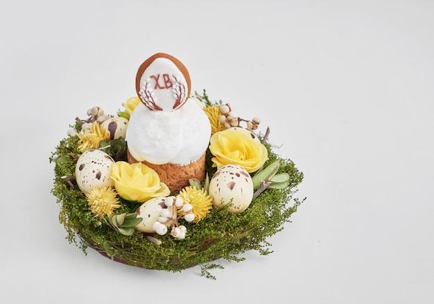 Пасхальный сладкий хлеб, кулич с цветами, яйца и пряники. праздники завтрак концепции с копией пространства.
