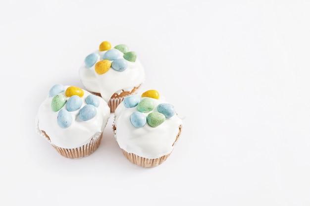 イースターの甘い自家製カップケーキと卵。グリーティングカード。お祭り料理。御馳走とテーブル。自家製ケーキとデザート。