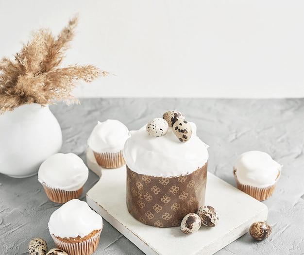 イースターの甘い自家製カップケーキとウズラの卵。グリーティングカード。お祭り料理。御馳走とテーブル。自家製ケーキとデザート。